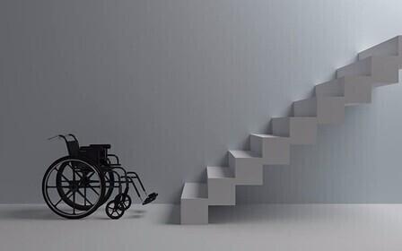 инвалидная коляска и лестница