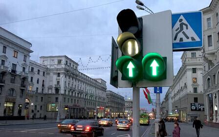 Можно ли стоять для движения прямо под стрелку светофора?