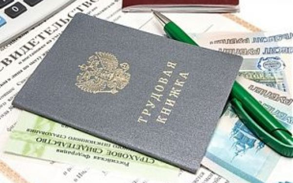 Статья 62 ТК РФ обязывает работодателя выдавать своему сотруднику документы, связанные с его трудовой деятельностью, и их копии,