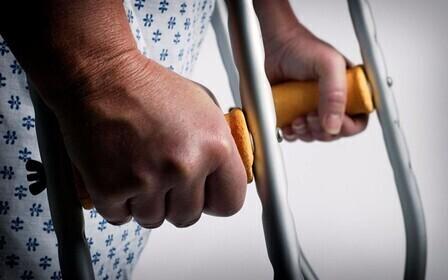 Кто выплачивает компенсацию при получении работником производственной травмы? Какие предусмотрены выплаты, от чего зависит их величина,