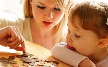 Женщина с ребенком и монеты